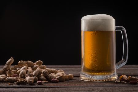 Mug of beer and peanuts Imagens - 110837093