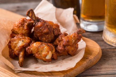 Well-baked chicken wings Imagens