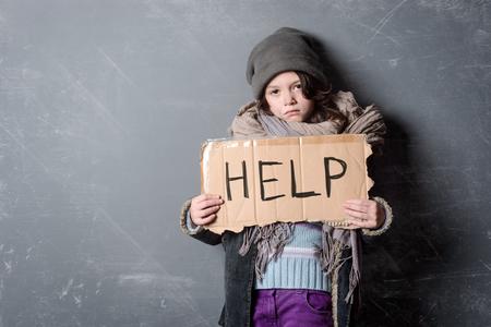 Verdrietig meisje met Help-teken