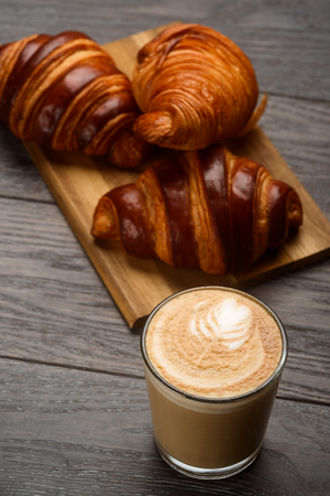 Capuccino and croissants Stockfoto