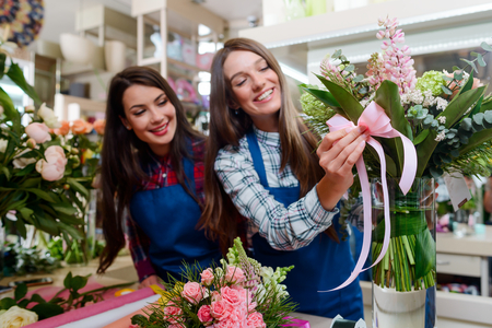 Florist decorates a bouquet Foto de archivo - 112278085