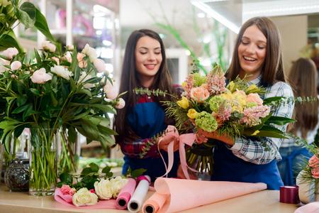 Schöner Blumenstrauß in Floristenhänden
