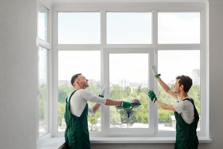 Deux installateurs de fenêtres