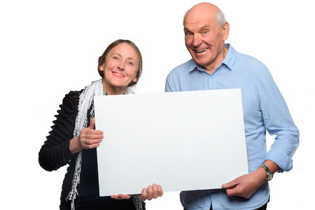 Cheerful old-aged couple hold placard 免版税图像