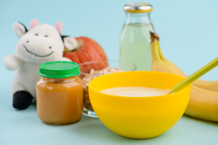 Baby food, fruits and toy 版權商用圖片 - 114157820