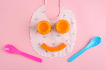 Sourire drôle de nourriture pour bébé Banque d'images