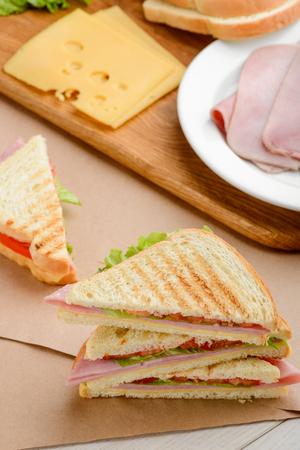 Sandwich triangles and ingredients Foto de archivo - 114932221