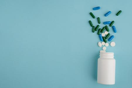 Bouteille en plastique et pilules renversées