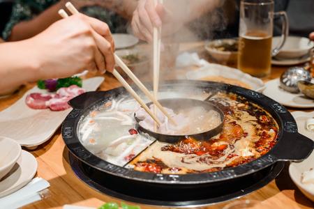 Famille mangeant un pot chaud Banque d'images