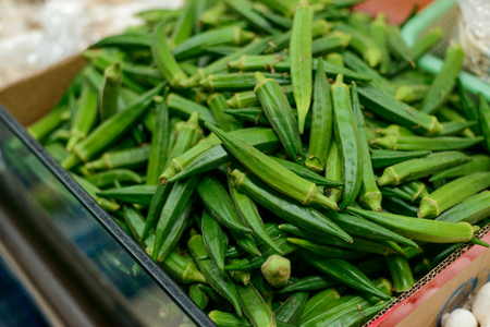 Tray of fresh okra pods Stockfoto