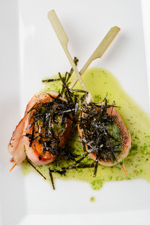 Bacon-wrapped scallops with nori Archivio Fotografico - 117553933