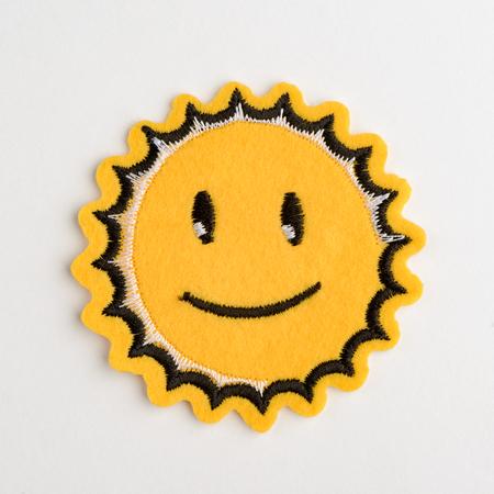 Lächelnd Sonne gestickter Filzaufnäher Standard-Bild