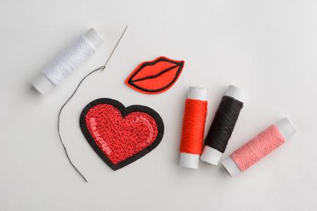 Parches bordados corazón y beso