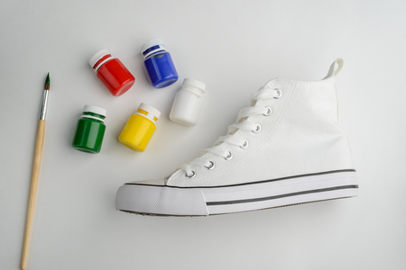 Brush, paint and blank sneaker Stockfoto