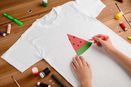 Wassermelonenscheibe auf T-Shirt zeichnen