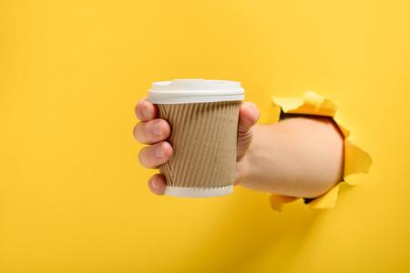 Hand die een kopje neemt