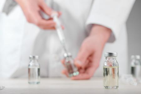 Fläschchen auf einem Schreibtisch Standard-Bild