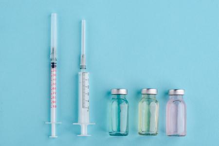 Syringes and assorted vaccine vials Foto de archivo - 119154790
