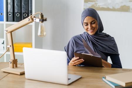 Joyeuse dame arabe