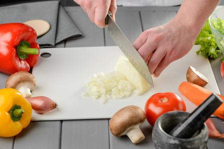 Man dicing a bulb onion Banco de Imagens - 119920709