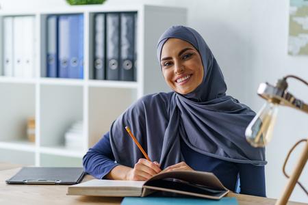 Sonriente mujer árabe sentada