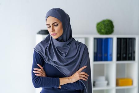Triste femme musulmane se sent désolé Banque d'images