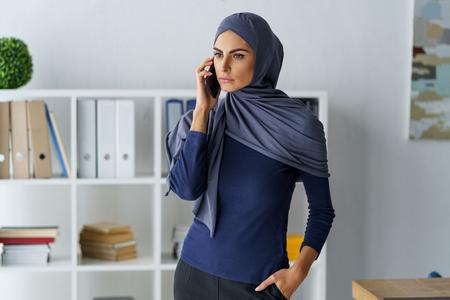 Confident Arabian woman talking Foto de archivo - 120815381