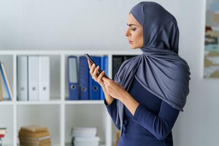 Perplexed Muslim woman looking Stockfoto