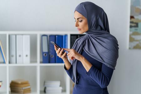 Arabic woman dials a number Foto de archivo - 120815512
