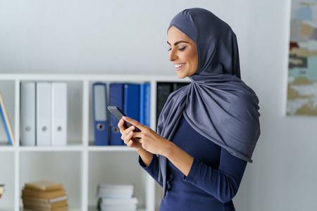 Business woman using a phone Foto de archivo - 120815514