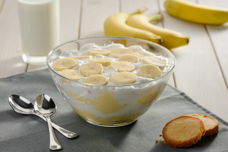 Portion of banana cream dessert Foto de archivo - 120742157