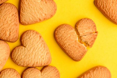 Heart-shaped biscuit cookies on yellow Foto de archivo - 120740824