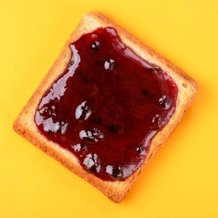 Toasts à la confiture de myrtilles