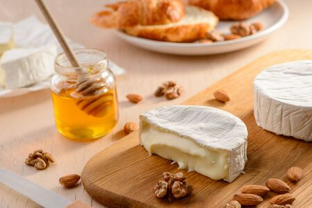 Brie cheese with runny texture 版權商用圖片