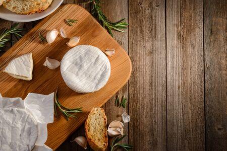 Camembert cheese, garlic, rosemary 版權商用圖片