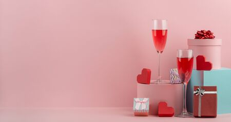 Gift boxes, red hearts and glasses of red prosecco Stockfoto