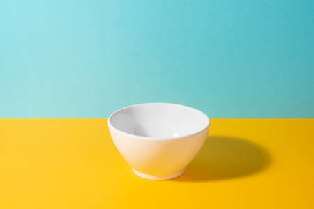 Empty white bowl on colorful background Banque d'images