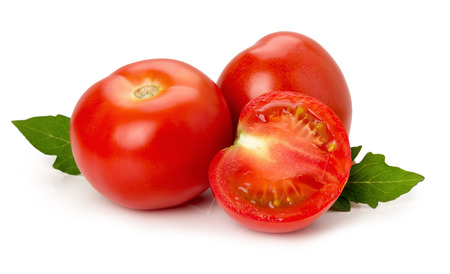 白い背景の完熟トマト。
