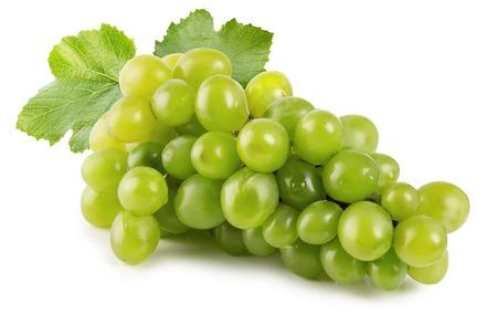 racimos de uvas: uvas verdes aisladas en el fondo blanco. Foto de archivo