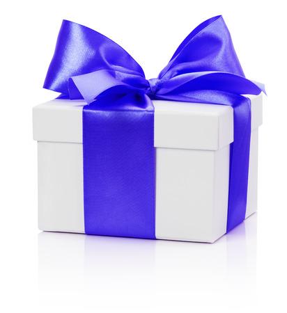 gifting: regalar cuadro con arco azul aislado en el fondo blanco.