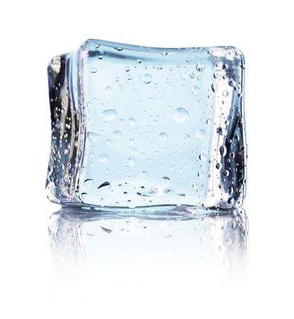 白い背景に分離された青い氷のキューブ。
