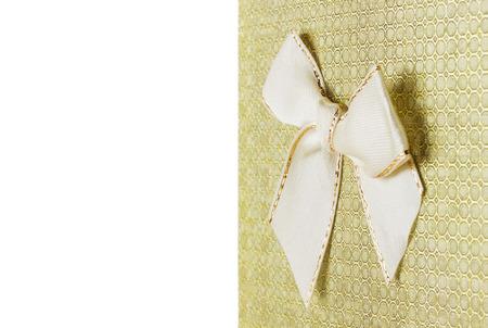 mo�o blanco: tarjeta de felicitaci�n con arco blanco sobre el fondo blanco. Foto de archivo