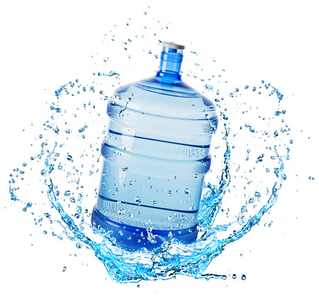 puro: botella de agua grande en el chapoteo del agua aislado en el fondo blanco. Foto de archivo