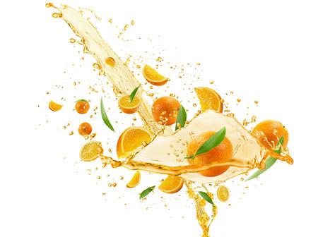 naranjas: naranjas con jugo de verter aislados en el fondo blanco. Foto de archivo