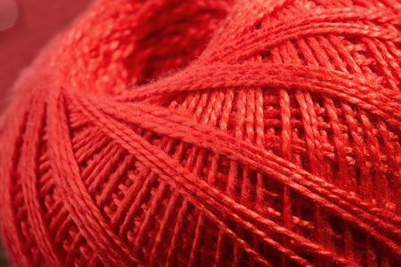 hilo rojo: close up de madeja de hilo rojo. Foto de archivo
