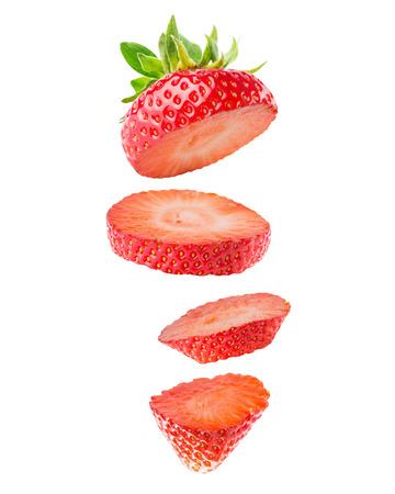 イチゴのスライスが白い背景で隔離。