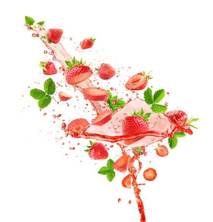 白い背景に分離されたスプラッシュ ジュースとイチゴ。