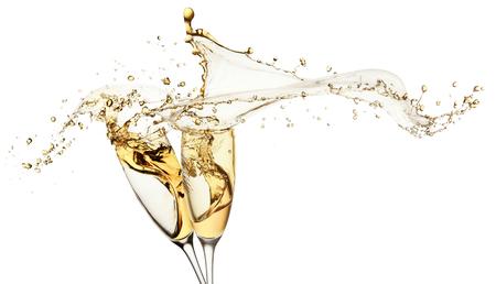 シャンパンは、白い背景で隔離のメガネからはね。