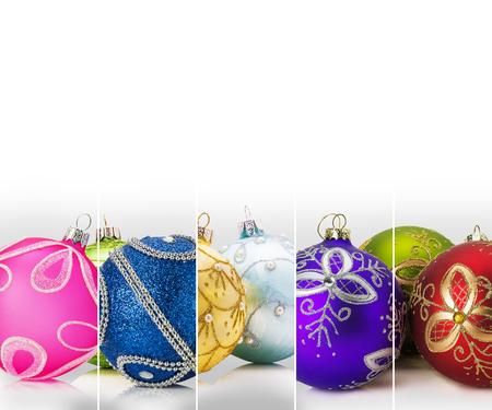 streep collectie met kerstballen op de witte achtergrond.