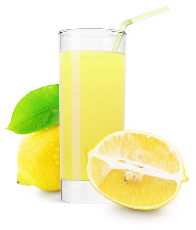 limón: vaso de jugo de lim�n aislado sobre fondo blanco. Foto de archivo